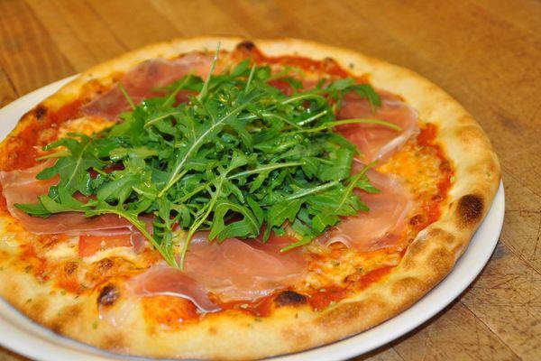 Köstliche Pizza im Restaurant Tiatta